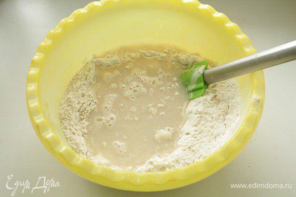 В миске смешиваем пшеничную, овсяную муку и сухие дрожжи. Добавляем соль, сахар,растворенные в воде, масло. Замешиваем тесто в течение 5-7 минут.