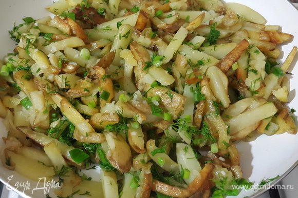 Когда картошка хорошо поджарится со всех сторон, добавить мелко нарубленный чеснок, посолить, накрыть крышкой, убавить огонь и прогреть несколько минут. Затем добавить зелень, аккуратно перемешать, прогреть ещё пару минут и сразу же подавать.