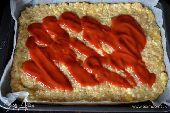 Сверху смазать томатным соусом (пассата). Или порезать 250 г помидорок черри и выложить по поверхности. Поставить в разогретую духовку выпекаться на 15 минут.