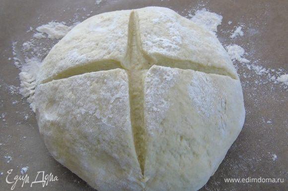 Сформировать хлеб, надрезать крестообразно. Накрыть полотенцем и дать подойти 1 час.