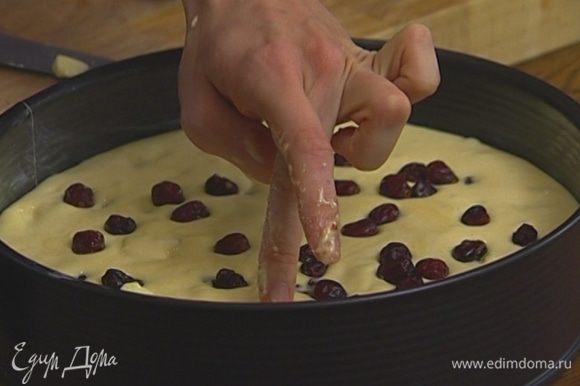 Разъемную форму для выпечки смазать оставшимся сливочным маслом, выложить в нее тесто и присыпать клюквой, слегка утопив ее в тесте. Выпекать в разогретой духовке 20–25 минут.