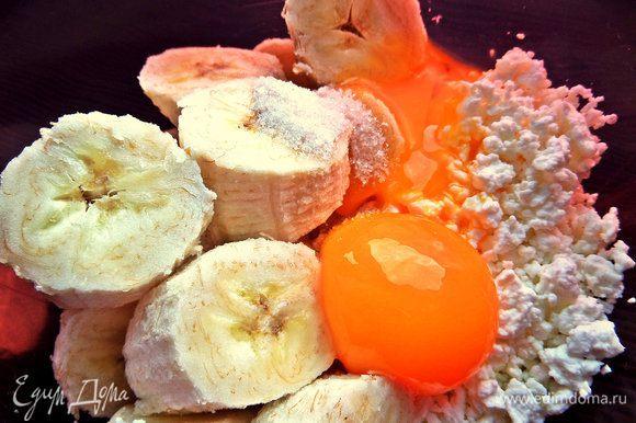 Отделяем желтки от белков и добавим вначале желтки.