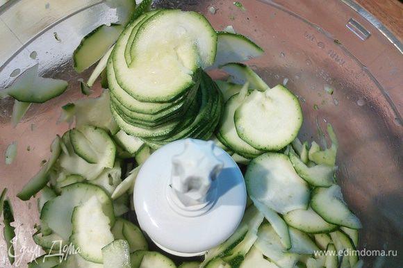 Нарежем тонкими кружочками цукини и картофель.