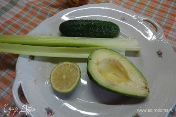 Продукты для первого смузи. Вместо лайма можно использовать лимон.