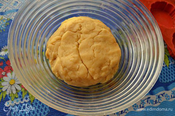 Взбить яйцо и перемешать. Добавить щепотку соли, всыпать муку и быстро замесить крутое тесто.