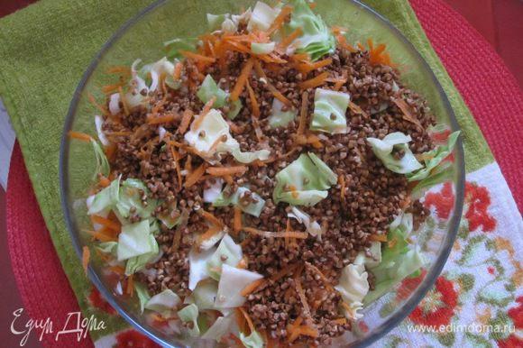 Все нарезанные овощи соединить с гречневой крупой. Посолить и перемешать.