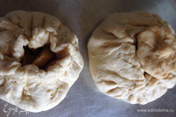 Берем слоеное тесто, формируем из него горшочек, закладываем начинку из шага 1, закрываем, как сундучок. Сверху делаем крышку из теста. Обмазываем взбитым яйцом и ставим в разогретую до 180-200 градусов духовку. Через 1 час поднимаем крышечку и заливаем бульон.