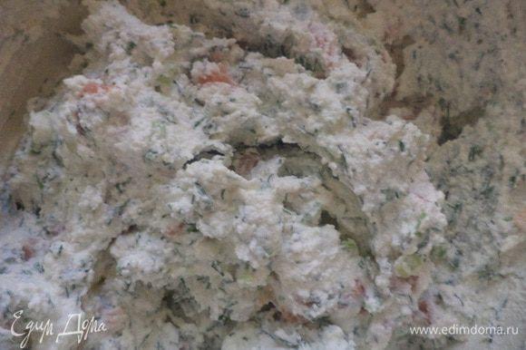 Перемешать творожную массу, рыбку, лук и укроп. Посолить, поперчить белым перцем.