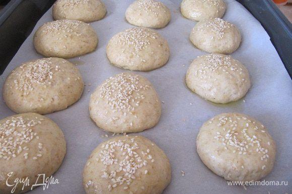 Готовить булочки примерно 25-30 минут в разогретой духовке до 200 градусов до готовности.