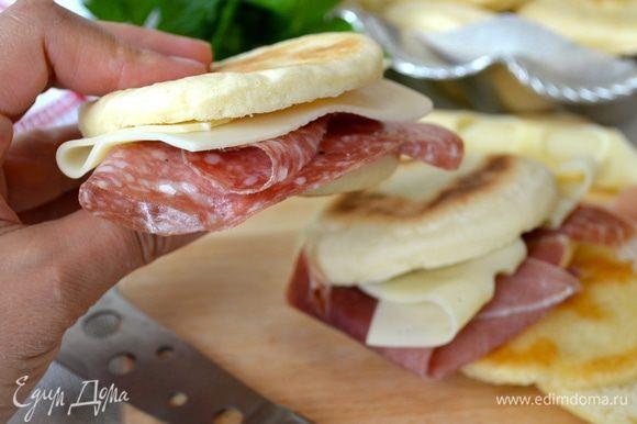 """Подавать, надрезав и заполнив """"начинками"""" по желанию - прошутто (ветчина), салями, сыр или традиционная ароматная смесь из сала, чеснока и розмарина!"""