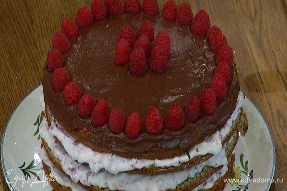 Полить верхний корж растопленным шоколадом, равномерно распределить его и украсить сверху малиной.