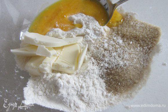 Добавляем сахар, соль, разрыхлитель, яйцо и масло, руками формируем шарик.