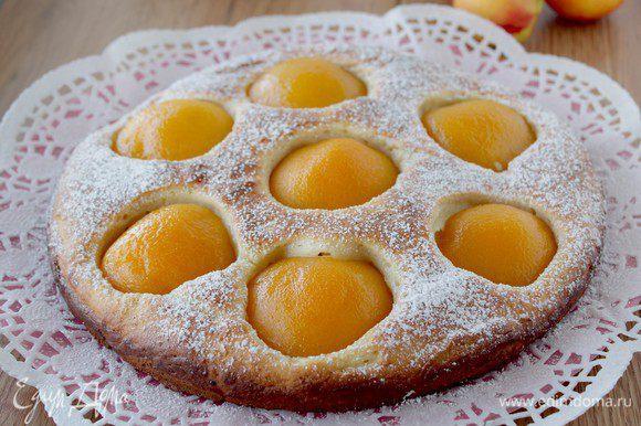 Выпекайте пирог в предварительно разогретой духовке 180-200С течение 50 минут. За 10 минут до готовности выньте пирог из духовки, обильно посыпьте мелкокристаллическим сахаром и доведите до готовности. Проверка готовности пирога — зубочисткой. Достаньте форму из духовки и полностью остудите пирог.