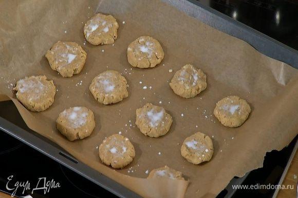 Сформировать из теста небольшие лепешки, выложить на противень и смазать молоком.