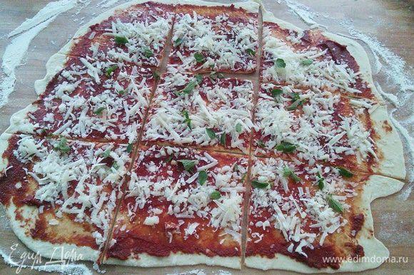 Смажем третью томатной пасты, посыпаем орегано и третьей частью сыра. Разрежем на 9 кусков. Выложим салями.