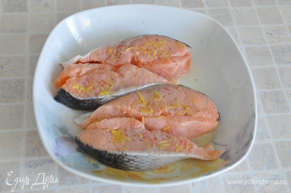 Замаринуем рыбу. Для этого: натереть на мелкой терке лимонную цедру, выжать столовую ложку лимонного сока, поперчить, посолить по вкусу. Оставить рыбку мариноваться на 15 минут при комнатной температуре.