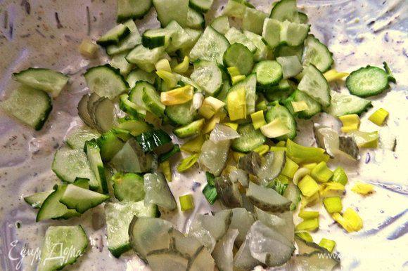 В остатках сметаны в это время можно приготовить мини-салатик из свежего и маринованного огурца и лука.