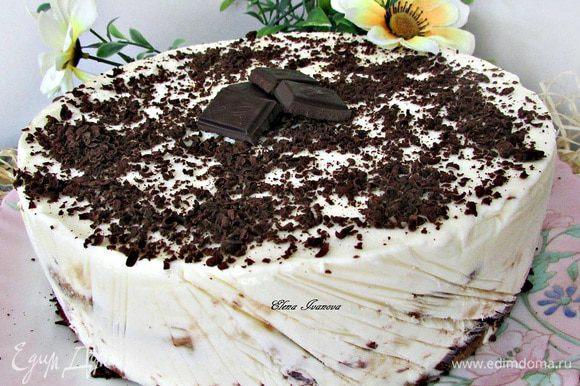 Перед подачей освободить торт от формы, посыпать тертым шоколадом. Дать постоять при комнатной температуре 10-15 минут.