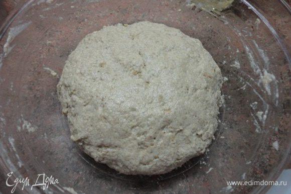 В подошедшую опару добавьте жидкие ингредиенты, затем сухие и замесите тесто. Поставьте в теплое место и дайте подойти.
