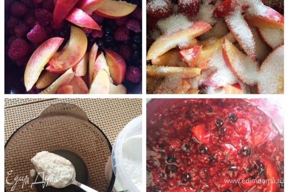 Ягоды используем по своему вкусу, либо какие есть в наличии. У меня была малина, черная смородина и 2 персика. Укладываем в сотейник ягоды и порезанные персики, пересыпаем сахаром, у меня буквально две ложки. Оставляем минут на 15, ягоды пустят немного сока. Ставим сотейник на огонь, провариваем ягоды. Крахмал разводим в соке, и заливаем ягоды. Помешиваем, доводим до кипения, снимаем с огня и остужаем.