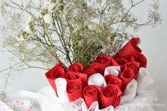 Посмотрите, как легко из обычных бумажных салфеток можно добиться эффекта розовых бутонов. Вот так просто можно украсить стол для пикника или домашнего праздника. Также удобно по одной вытягивать салфетки для пользования.