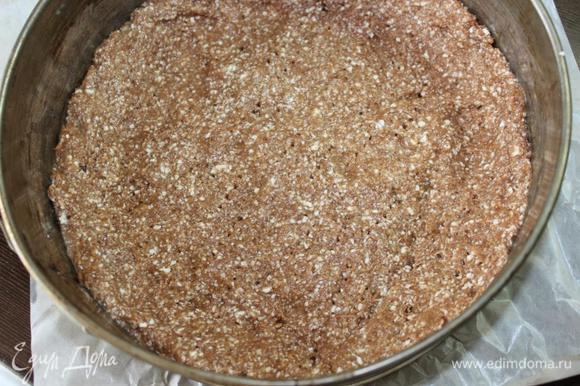 Вымесить тесто и мокрыми руками (чтобы тесто не липло) выложить его в разъемную форму, дно которой выстелено пергаментом, а бока смазаны маслом. Выкладывая тесто, сделать небольшие бортики где-то 1 см высотой для того, чтобы тесто равномерно поднялось, а не испеклось бугорком. Наколоть тесто вилкой в нескольких местах и поставить в разогретую духовку на 15 минут.