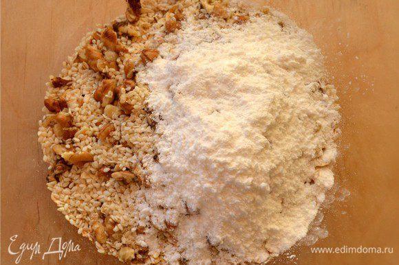 В миске смешать овсяные хлопья (лучше крупные), орехи, кунжут, ванилин и сахарную пудру.