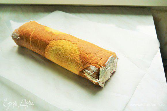 Бисквит развернуть, сначала намазать джемом, сверху выложить крем из взбитых сливок. Снова свернуть в рулет, охладить.