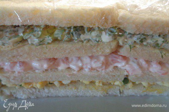 Затем выложить 3-ю начинку, накрыть еще один слоем хлеба для сэндвичей и завернуть в пленку. Поставить в холодильник на ночь для пропитки. P. S. Если вы делаете торт с черным хлебом, то 3-ю начинку покрывать хлебом не надо.