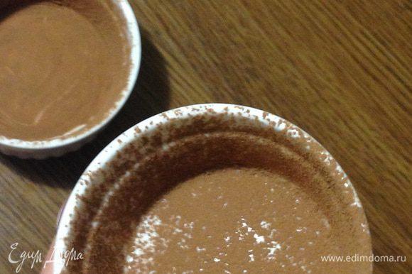 Керамические формочки смазать сливочным маслом и обсыпать какао.