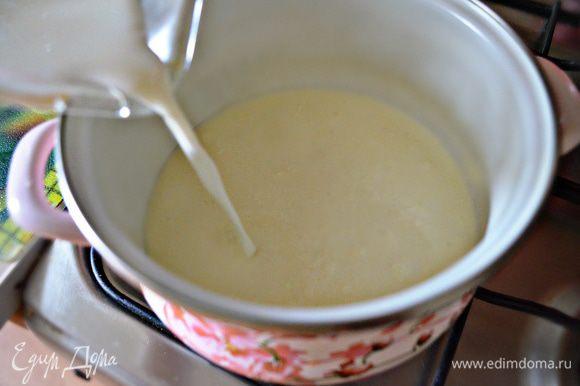 Молоко, сливки, соль и свежемолотый красный перец соединить в сотейнике и довести до кипения. Как только появятся первые пузырьки, снять с огня.