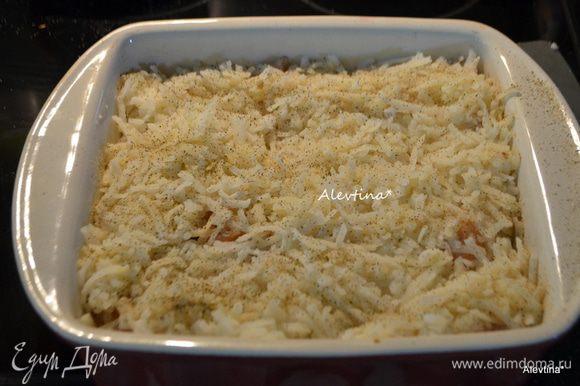 Затем слой приготовленного картофеля, (я использую картофельную упаковку местного пр-ва как hashbrown, который заливают перед приготовлением горячей водой для набухания.) Сливки не жирные ,как half and half вылить в отдельную кастрюлю, довести до кипения и тут же снять с огня. Вылить поверх картофеля.