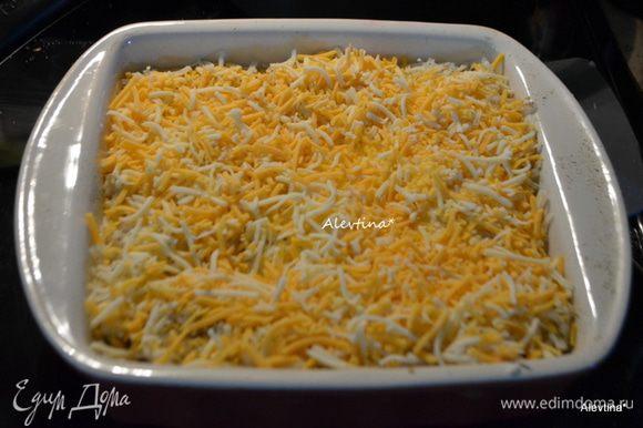 Посыпать тертым сыром, смазать йогуртом натуральным/я этого не делала,например /и закрыть фольгой. Поставить в разогретую духовку на 180 гр на 1,5- 2 часа.