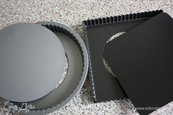 От высоты бортиков вашей формы будет зависеть сколько крема уйдёт в пирог. У моей квадратной они лишь 2,5 см и крем не весь уместился, а у круглой высота 3 см.