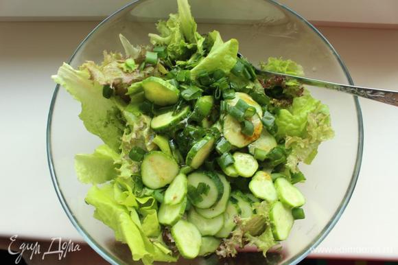 В миске смешиваем салатный микс, огурцы и лук с заправкой.