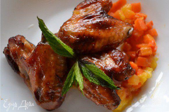 Выкладываем апельсин на тарелку, сверху хрустящие крылышки. Добавляем сочное и ароматное соте. Все украшаем листиками мяты. Приятного аппетита!