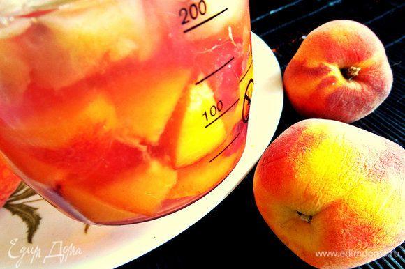 Персики делим на кусочки и складываем к соку, заливаем компотом процеженным.