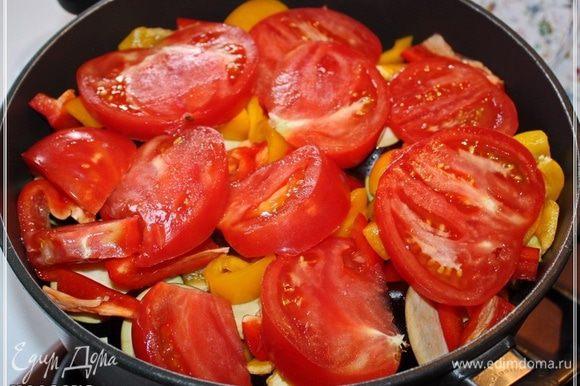 И помидор. Тоже не тоньчите, это, во-первых. Во-вторых, режьте помидор прямо над кастрюлей, чтобы сок, значит, весь в кастрюлю попал.