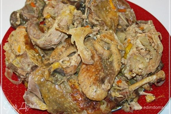 Когда будете выкладывать на блюдо птичку, то надо очень аккуратно это делать. Мясо с костей просто отваливается само собой. Так что, дабы вид сохранить, надо очень аккуратно, повторюсь.