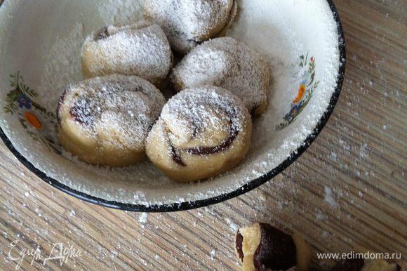 Каждый кусочек раскручиваем в ладони в шар, можно посыпать/обвалять в сахарной пудре.