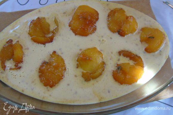 Разогрейте духовку до 190С. Выложите персики в форму, оставляя между фруктами расстояние и залейте тестом, но сами персики поливать не надо, они должны быть на поверхности.