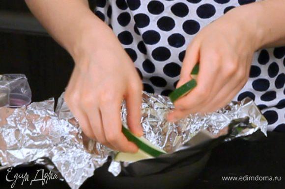 Сделать из фольги кулёк и выложить на дно цукини.