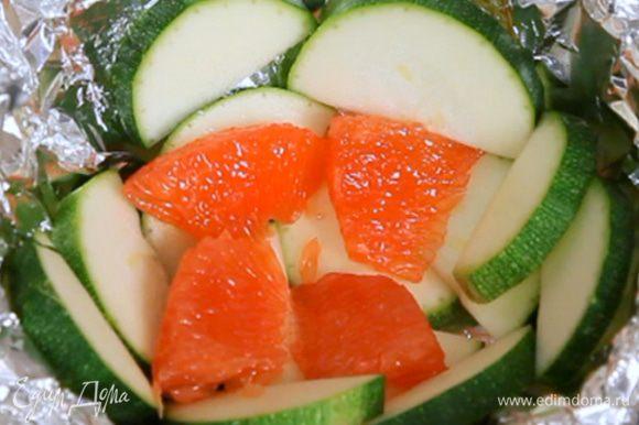 На цукини выложить грейпфруты. Грейпфруты обязательно нужно очистить от белой плёнки, чтобы не было горечи.