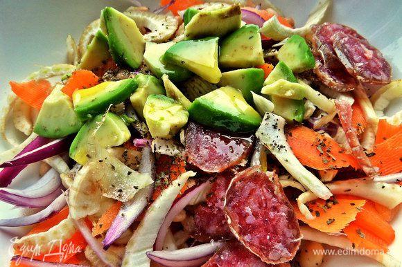 Соль,перец по вкусу... Поливаем ароматной заправочкой и перемешиваем салат.