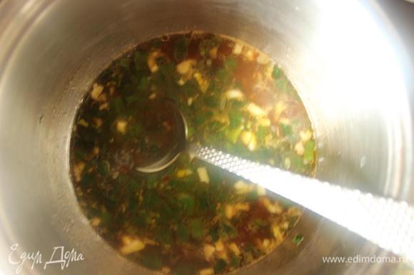 Пока готовятся наггетсы приготовим соус. На разогретом масле обжарим измельченные лук и чеснок, добавим сок, соус чили, соевый соус, уксус и сахар.