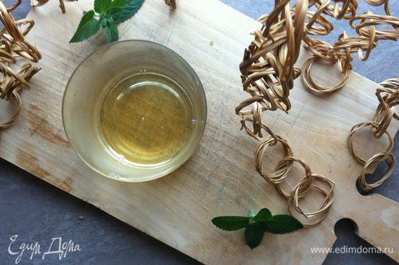 На дно стакана, в котором будем подавать наш кофе, наливаем сироп.