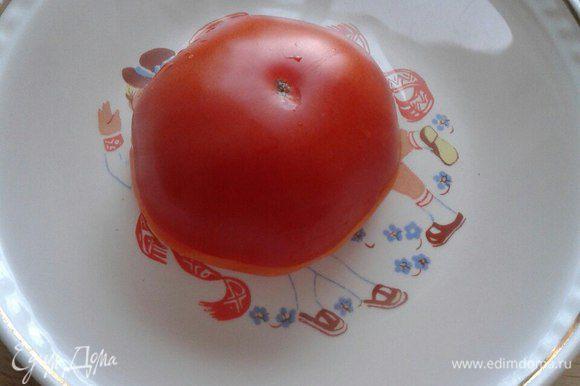 Залить помидоры кипятком и оставить на несколько минут.