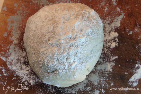Хорошо вымесить, скатать тесто в шар, присыпать небольшим количеством муки. Накрыть и оставить подходить в темном месте при комнатной температуре примерно на 1 час.