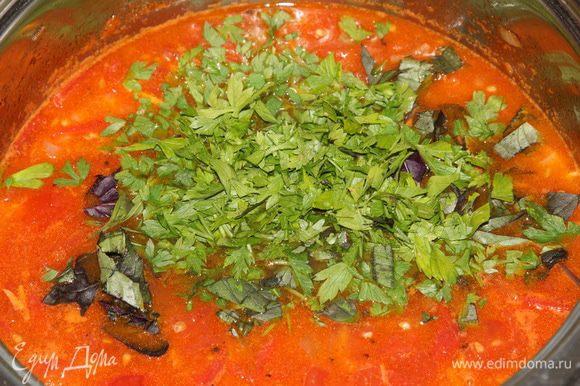 доливаем воду (если хочется, можно и куриный бульон, но мне на воде нравится больше: так томатному вкусу ничего не мешает), добавляем паприку и зелень: у меня базилик синий, зеленый и гвоздичный, петрушка. На самом деле, здесь зелени чем больше, тем лучше: суп пока остывает настаивается и вкус получается потрясающий. Доводим до кипения, добавляем мед и готовим еще пять минут на медленном огне.