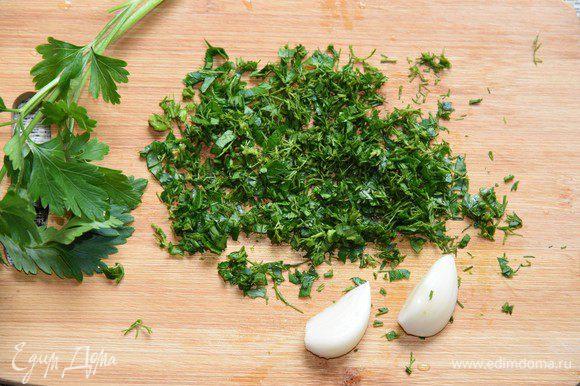 Готовое слоёное тесто заранее достать размораживаться. Приготовим ароматную часть. Укроп и петрушку помыть и мелко порезать.